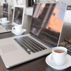 Grupa laptopów z kawą